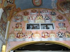 Eine Sammlung von Wappen ehemals regierender Adelsgeschlechter im Schloss Ljubljana, Slowenien.